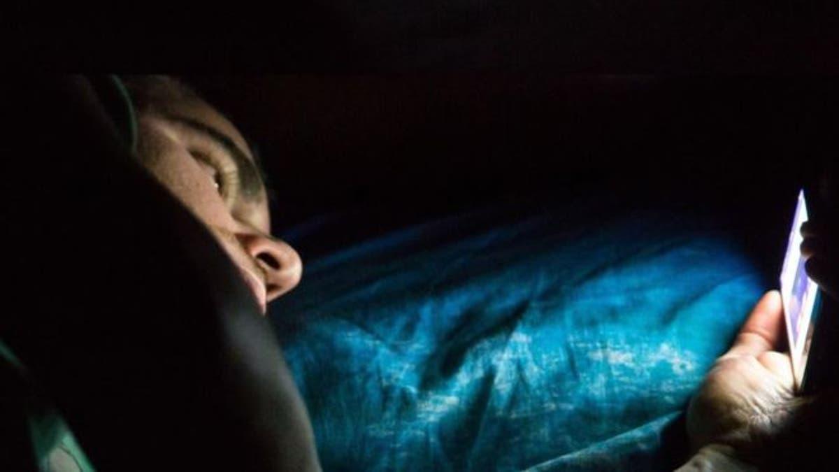 Gece Telefona Bakmak Gözleri Körleştirebilir